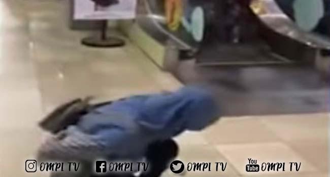 Wanita Ini Ketawa Girang Saat Melihat Orang Salah Arah Naik Eskalator