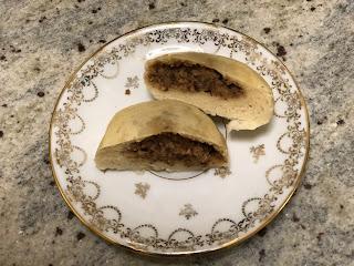 Bahn bao des rois, brioche vapeur fourrée à la crème de noisettes ouverte en deux sur une assiette