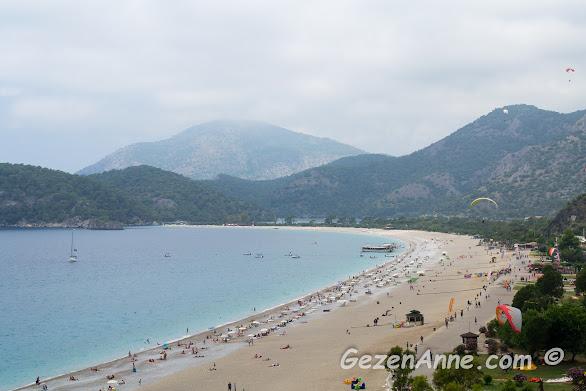 Belcekız plajı ve arkada Ölüdeniz tabiat parkı, Fethiye