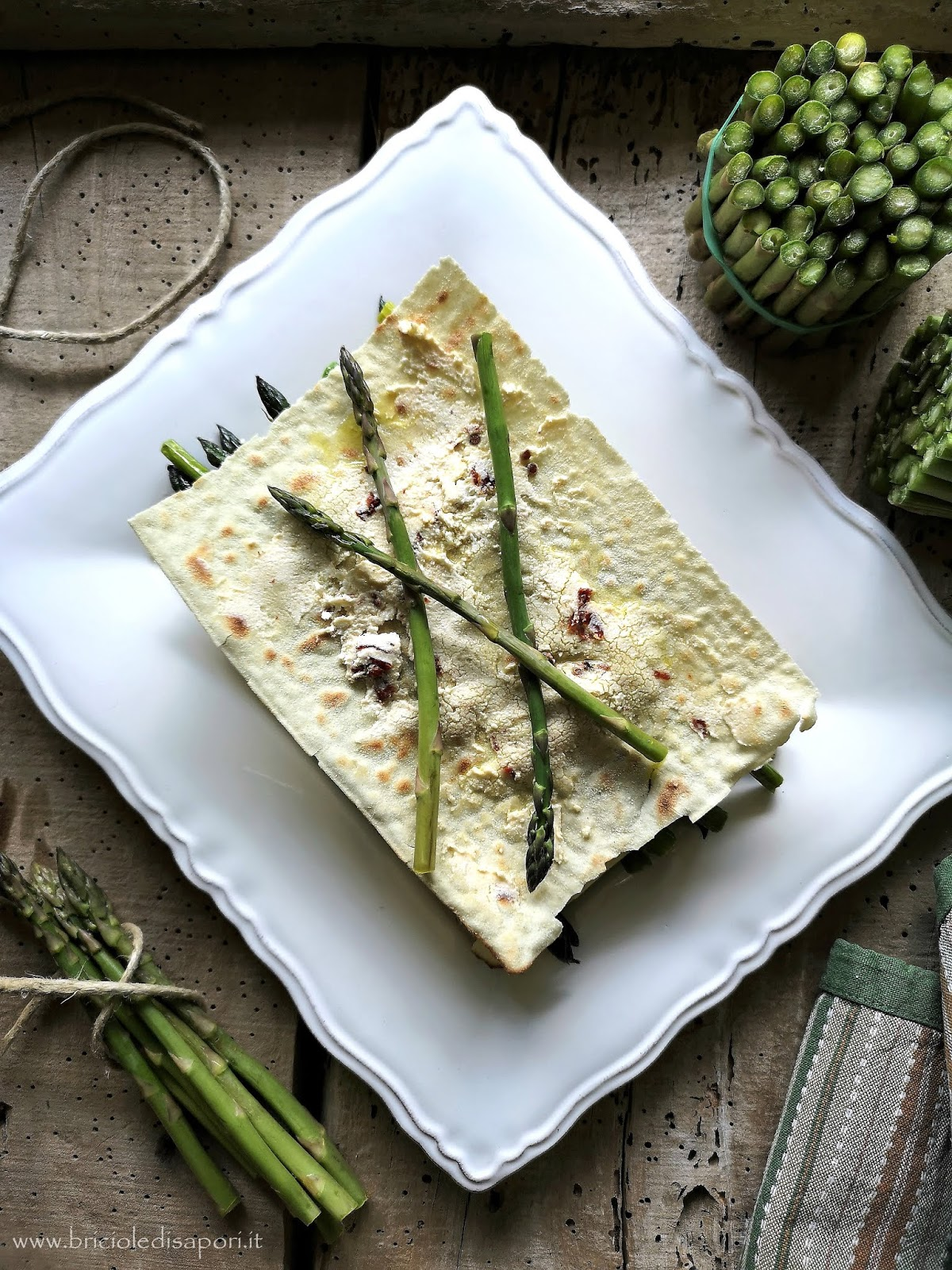 lasagne di pane carasau con asparagina guanciale robiola e pomodori secchi
