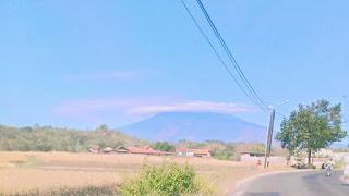 Fenomena Alam, Awan Topi Selimuti Puncak Gunung Ciremai