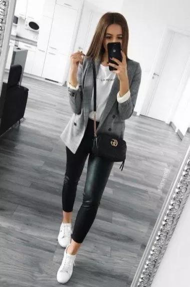 outfit de oficina con tenis blancos
