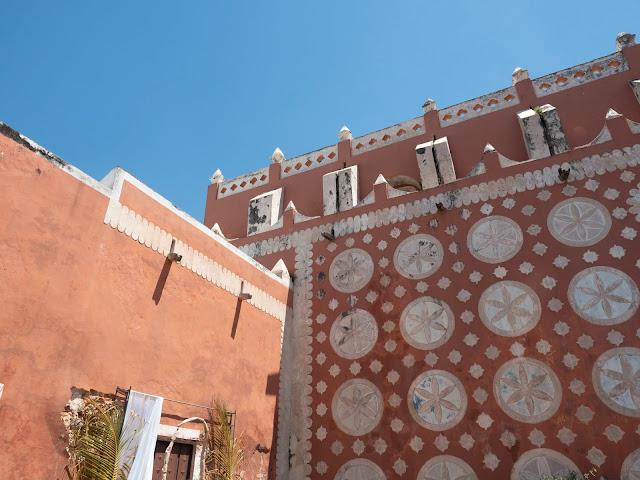 Detalle de la fachada de rosetones de la iglesia de Santo Domingo en Uayma