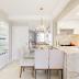Cozinha e sala de jantar integradas com cristaleira e bancada de mármore branco paraná!
