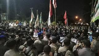 """Bentrok Polisi dan Mahasiswa di Kota Serang Makin Panas, Massa Teriakan """"Revolusi..!"""""""
