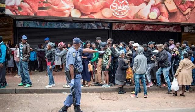 La polizia in Sudafrica spara proiettili di gomma contro gli acquirentiche che non mantengono la distanza
