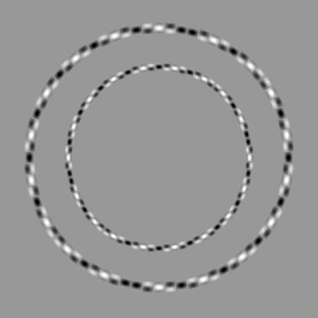 Eğri gibi görünmesine rağmen tamamen yuvarlak olan iç içe siyah beyaz çemberler