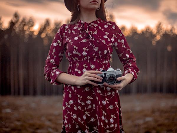 371. Stylizacja: bordowa sukienka z wiązaniem i kapelusz