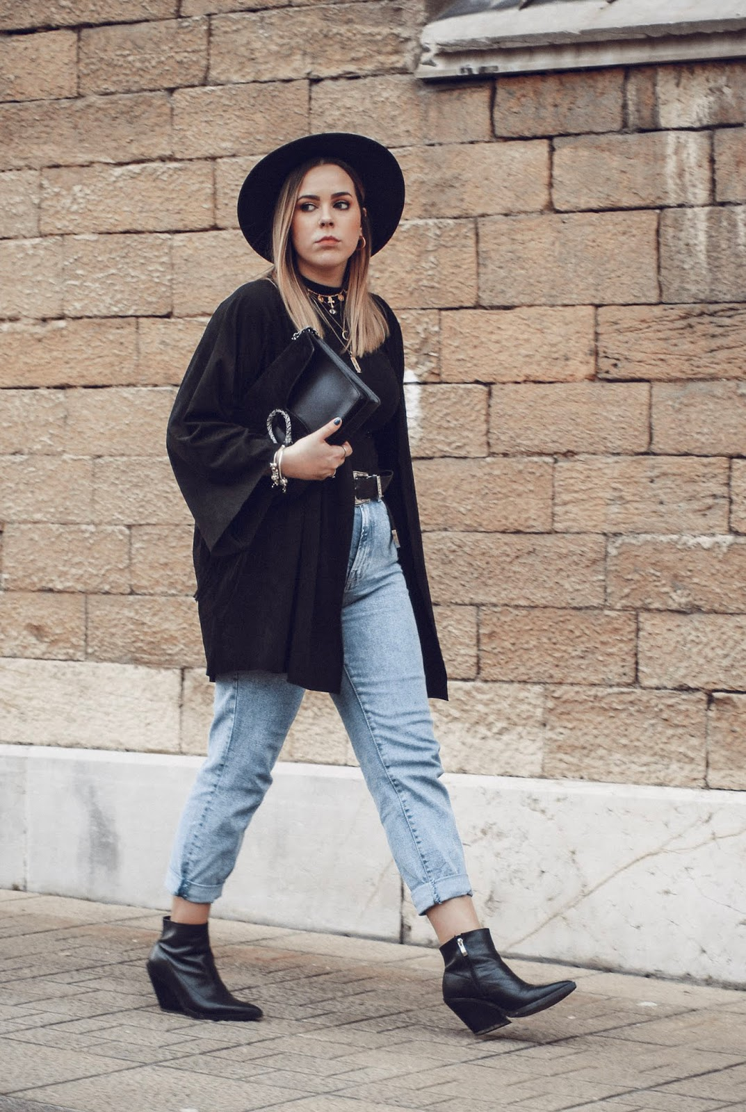 Outfit con chaqueta de flecos