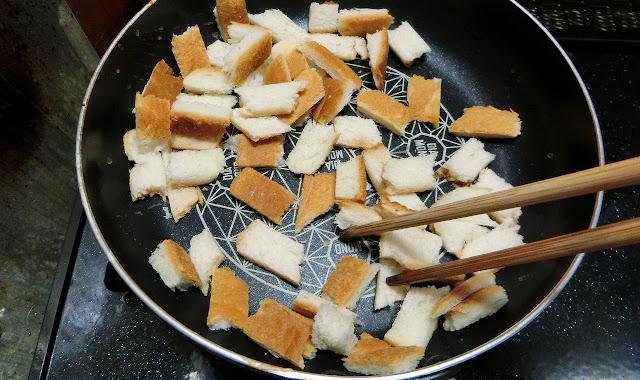 同じフライパンで食パンを油なしで焼きます