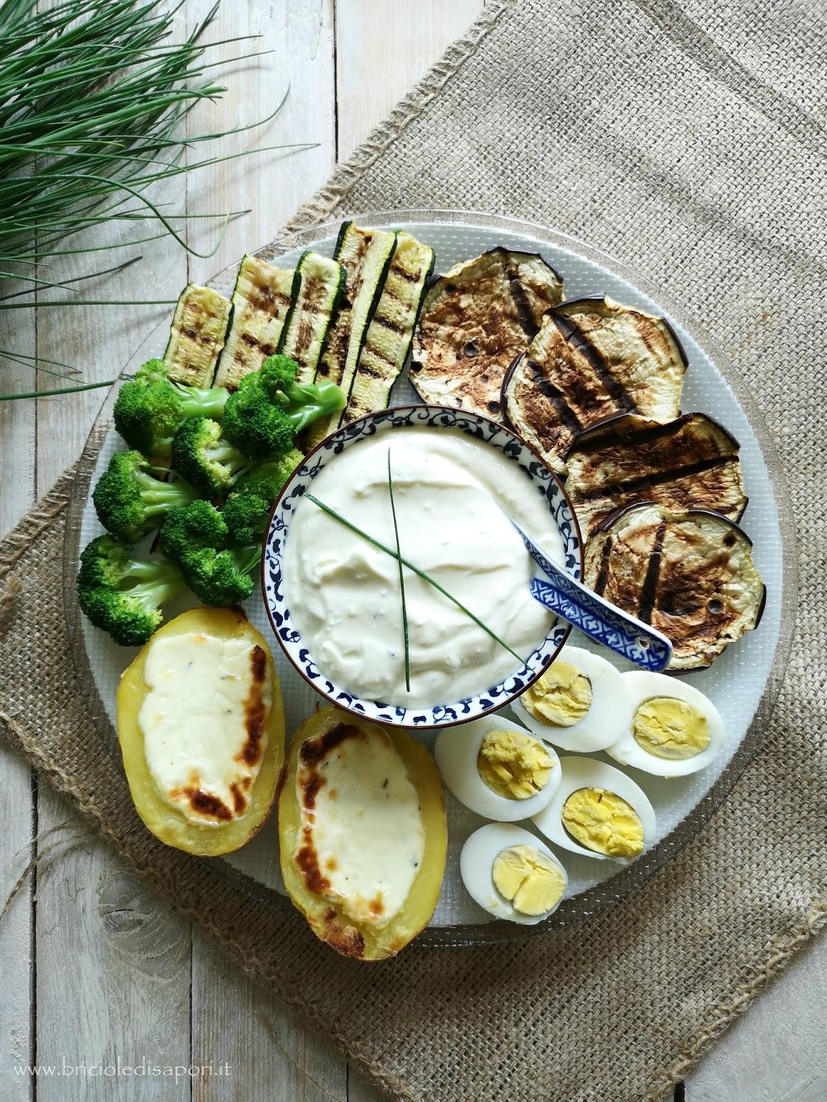 piatto vegetariano di verdure miste e patate al forno con crema di crescenza