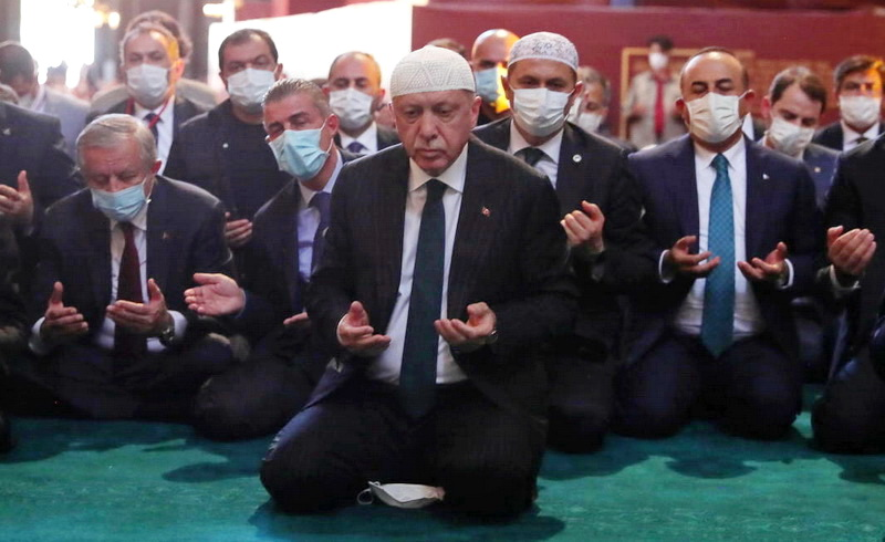 Λίγο πριν από τις διερευνητικές: Πρεμούρα από την Πολιτική Ελλάδα, χλεύη από τον Τούρκο προκαθήμενο