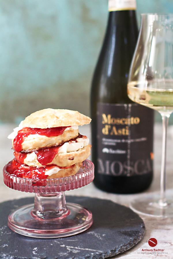 Selbstgemachte Scones mit Erdbeerkonfitüre, Mascarpone und Moscato d'Asti. Das Dessert in meinem Menü zum Valentinstag mit dem passenden Wein #rezept #deutsch #englisch #buttermilch #erdbeer #clotted_cream #mascarpone #moscato #wein #süß #weiß #backen #anleitung #irisch #quark #gesund #herzhaft #schottische #britisch #thermomix #fluffig #blueberry #chocolate #original #einfach #arthurstochter #foodblog #weinempfehlung #ostern #valentin #menü #nachtisch #dessert #glutenfrei
