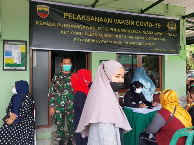 Warga Binaan Yang Didampingi Personel Jajaran Kodim 0207/Simalungun Dampingi Pelaksanaan Suntik Vaksin
