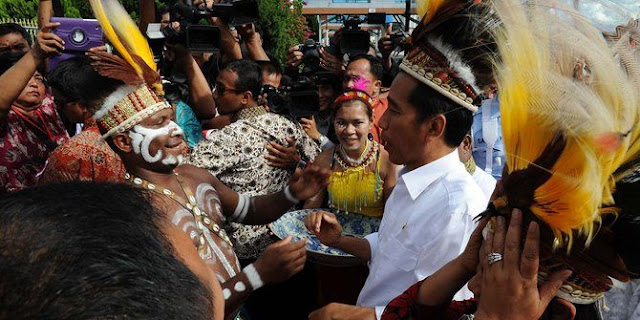 "Jokowi Kunjungi Suku Asmat Papua, Dan Digelari Dengan Nama ""KAMPEBIT"" Oleh Suku Asmad YAng Artinya Sang Panglima Perang ASMAT."