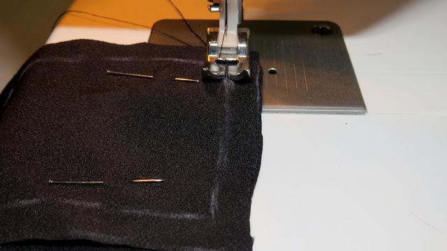 Prensatelas sobre la línea de la tela sobre la que la aguja va a ir cosiendo