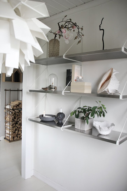 annelies design, webbutik, webbutiker, webshop, nätbutik, inredning, hylla, shelfie, ljusstake, siluett, vitt, vit, vita, vas, magnolia, konstgjorda växter, konstgjord blomma, konstgjorda blommor, blomma, vedförvaring, vedställ,