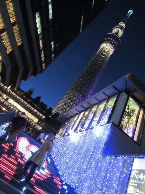 Tatiana frente al Skytree de Tokyo