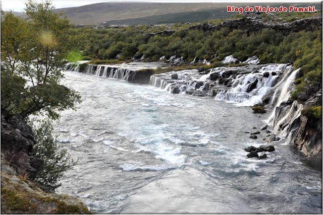 Barnafoss es también conocida como la Cascada del Niño. Son en realidad manantiales que caen durante kilómetros al cañón formado por el rio