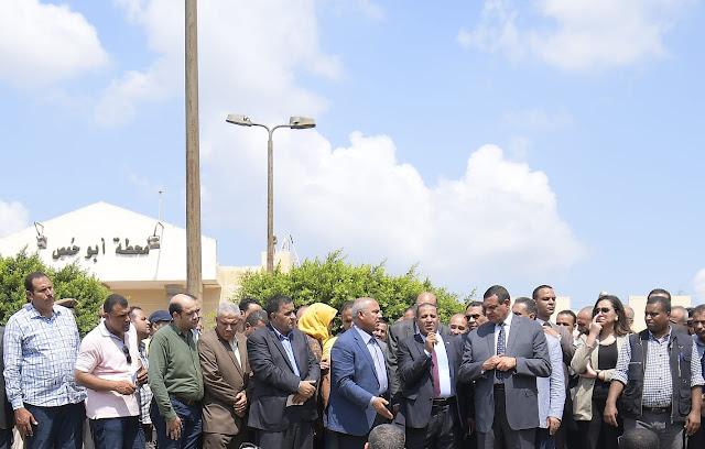 بالصور.. وزير النقل والمواصلات ومحافظ البحيرة يتفقدان مزلقان أبو حمص .