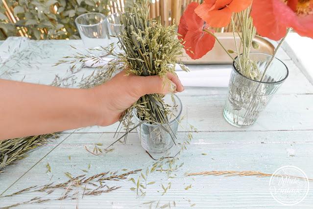 Tischdeko aus Gräsern und Blumen