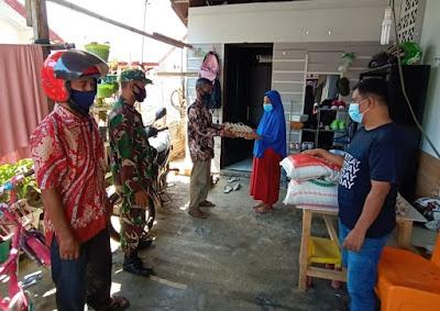 Babinsa Dampingan geuchik Berikan Bantuan Sembako Kepada warga isolasi mandiri