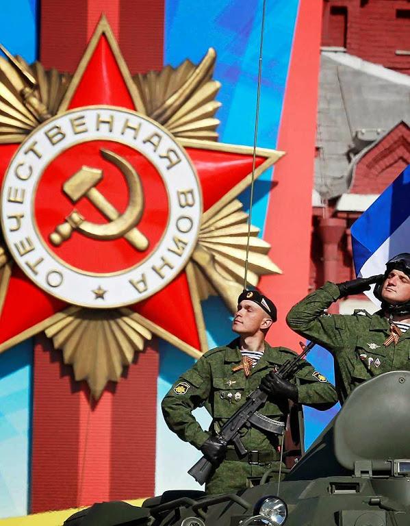 Blindados russos modernizados em recente parada na Praça Vermelha de Moscou