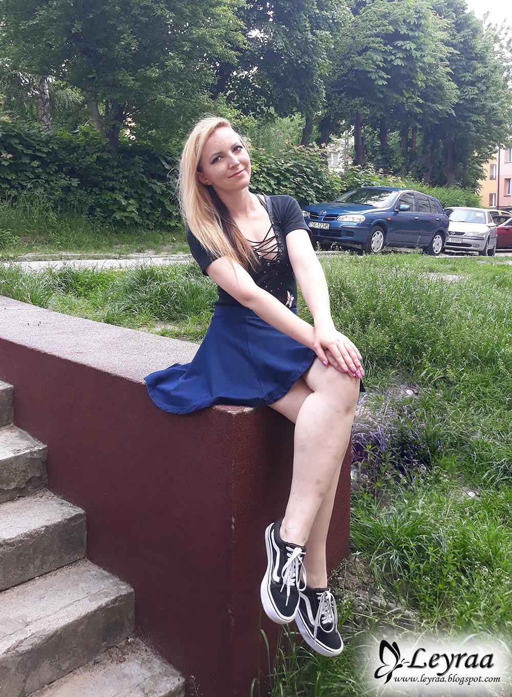 Czarne body z motylkami i wiązaniem na dekolcie, jeansowa mini rozkloszowana spódnica, trampki vansy czarno-białe