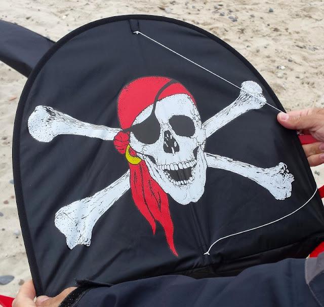 Nymindegab: Ein kleines Juwel an der Westküste Dänemarks. Unser Piraten-Drachen aus dem Surf-Shop an der Haupstraße.