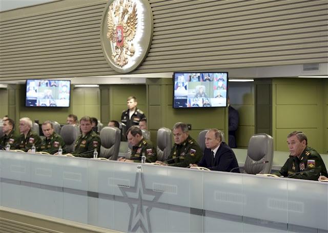 Sala de guerra de Putin parece sacada de una película del 007
