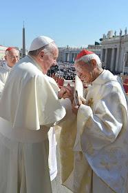 O Cardeal Zen aproveitou sua inesperada presença numa audiência geral para entregar carta ao Papa que quiçá por vias normais não a acolheria. Foto arquivo 2014
