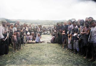 penduduk dari samosir berfoto bersama