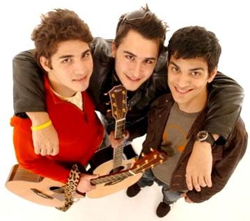 Foto de Reik con sus guitarras