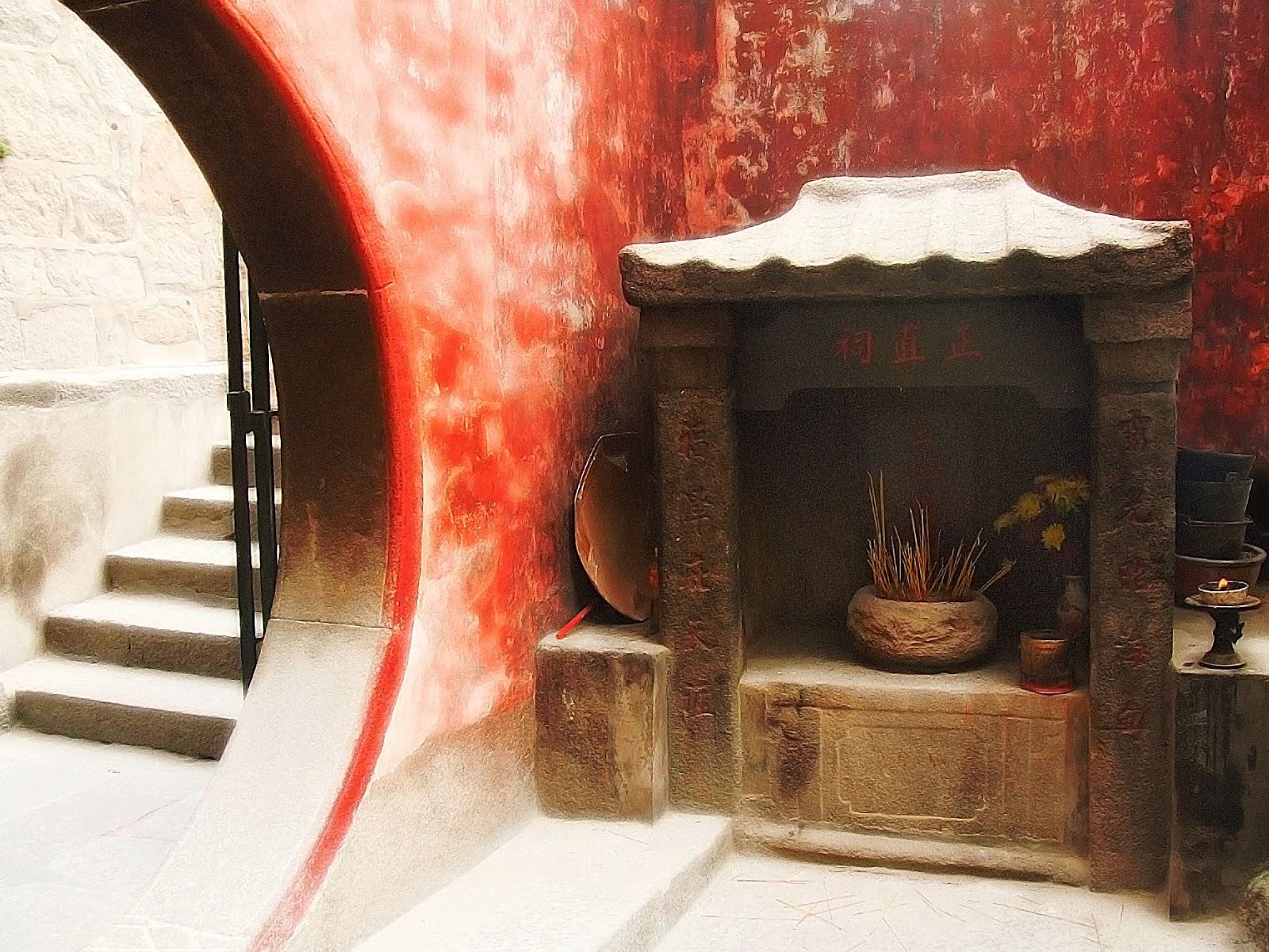 Templo ancestral chinês com escada ao fundo e parede vermelha desgastada ilustra este post sobre o Shijing, o Livro das Canções.