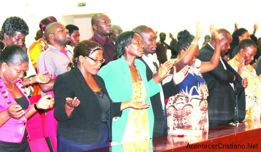 Cristianos africanos de Zambia orando