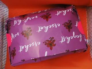 lovelybox-juni-love-is-in-the-air-calendar-girl-verfuehrt