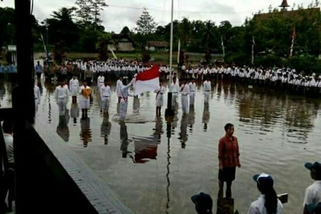 Banjir Tak Jadi Halangan untuk Upacara Bendera di Kapuas Hulu