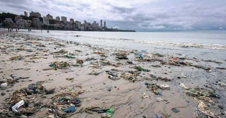 Chowpatty plajı dünyanın en kirli sularına sahiptir, plajı çöplerle doludur.