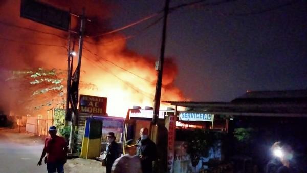 Gudang Mebel di Pulo Gebang Terbakar, 13 Unit Damkar Dikerahkan