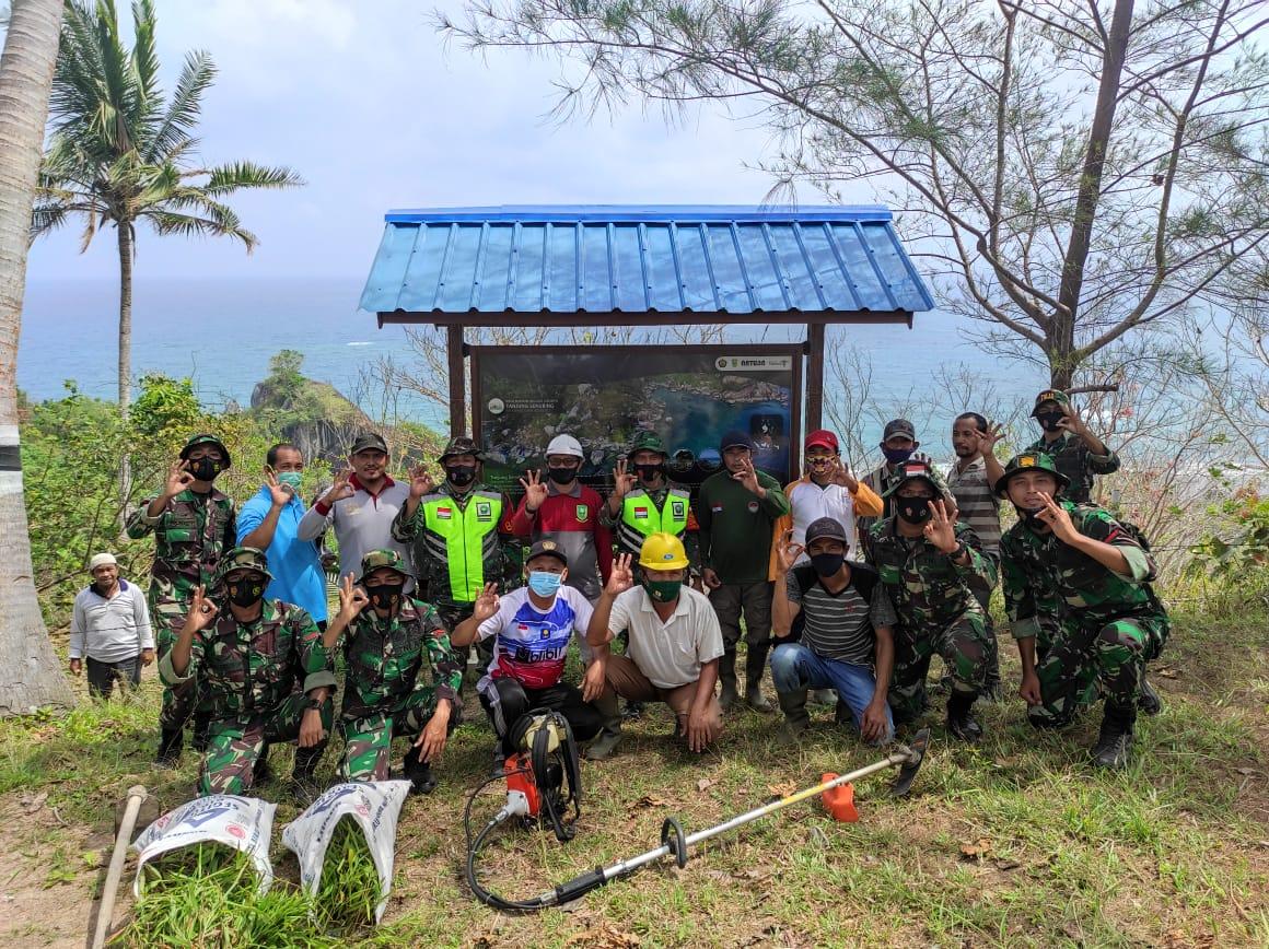 Batituud Koramil 01/Ranai Bersama Babinsa s Kecamatan Bunguran Timur Melaksanakan Goro di Tempat Wisata Tanjung Senubing