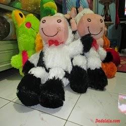 Dadalala pernah mendapatkan pesanan 150pcs boneka sapi untuk digunakan  sebagai souvenir pernikahan selain souvenir miniatur alat musik drum dan  gitar. 59b4ff61e7