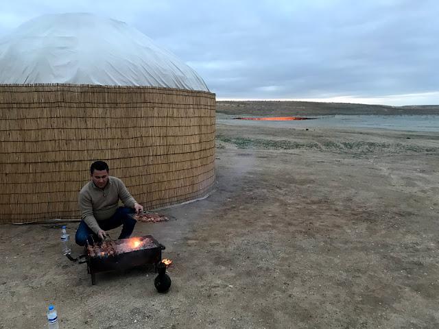 ウィーンと私と、旅する子どもたち:トルクメニスタンのカラクム砂漠にあるダルヴァザ村の近くで1971年から延々と燃えつづけているガスクレーター、通称「地獄の門」の近くでバーベキューをセットしていただいているAyan Travelの契約ガイドさん