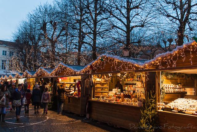 Vista de los puestos en el mercadillo navideño de Brujas
