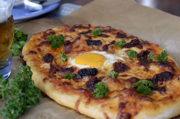 Pizza de sobrasada, huevo y miel