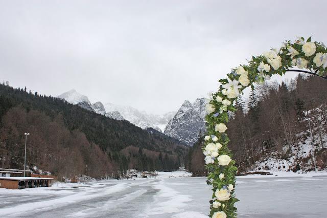 Trauung unter freiem Himmel, Eisblau und Leuchtrot, Winterhochzeit in den Bergen von Bayern, Riessersee Hochzeitshotel Garmisch-Partenkirchen, Winter wedding in Bavaria, Germany