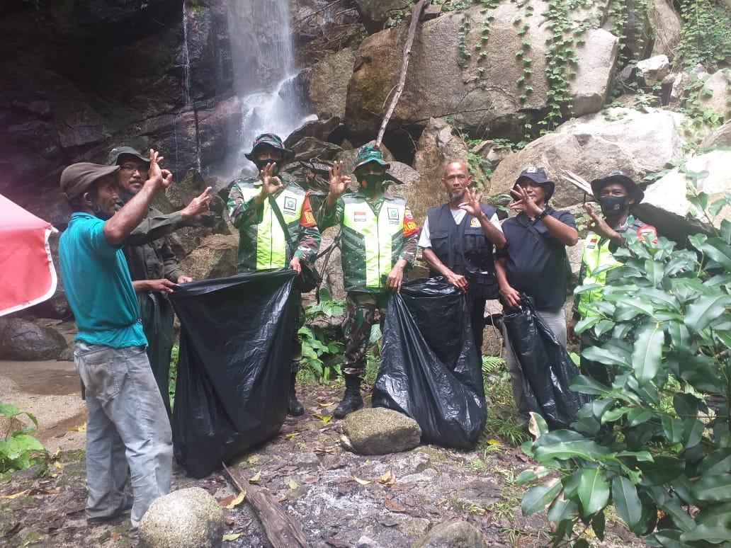Babinsa Kelurahan Ranai Darat Gotong Royong Dengan Warga di Objek Wisata Air Terjun Gunung Ranai