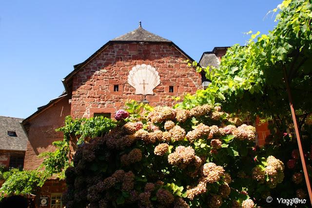 Edificio tipico in arenaria rossa di Collonges la Rouge
