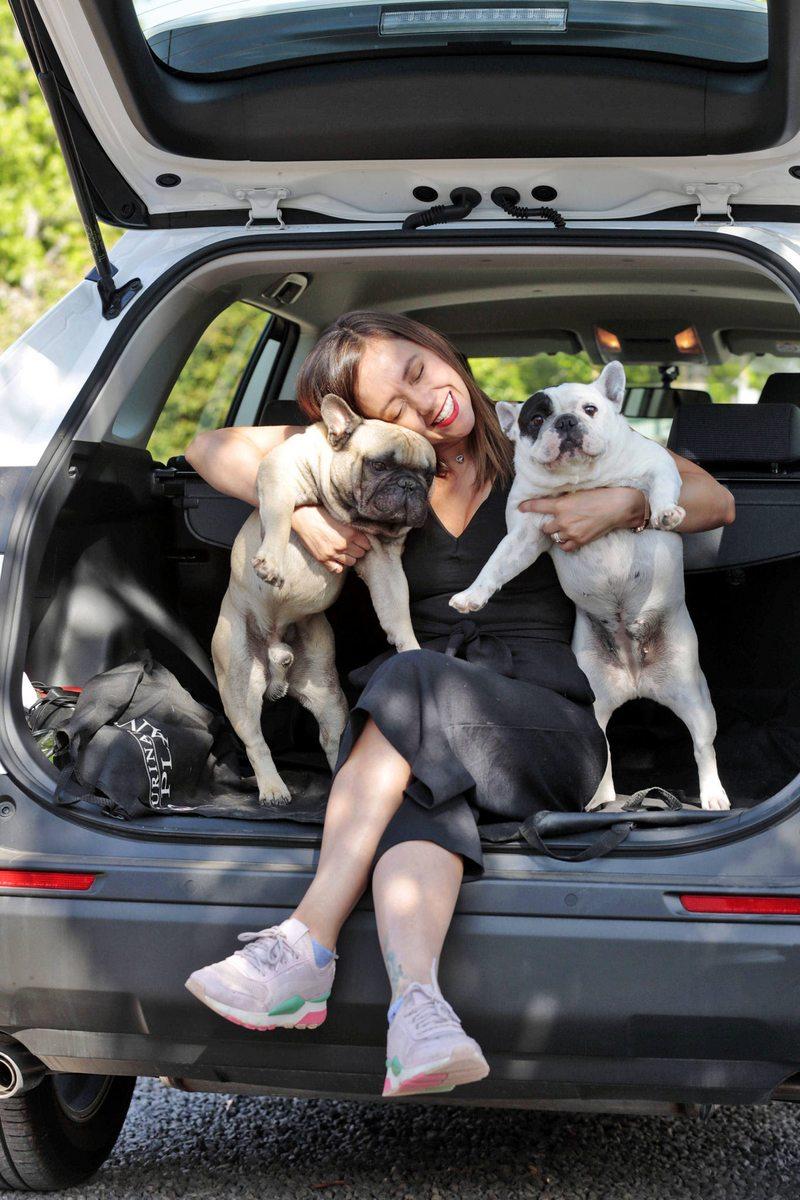 Ingrid Parra se compró un SUV para sus cuatro perros