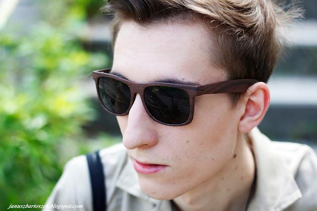 okulary z drewnianymi oprawkami