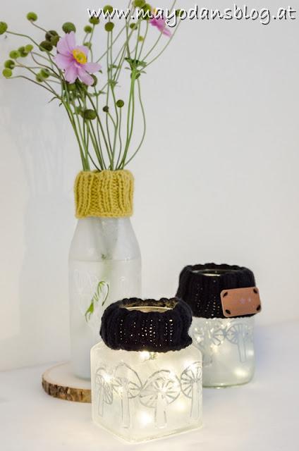 Windlicht und Vase mit Strickstulpe